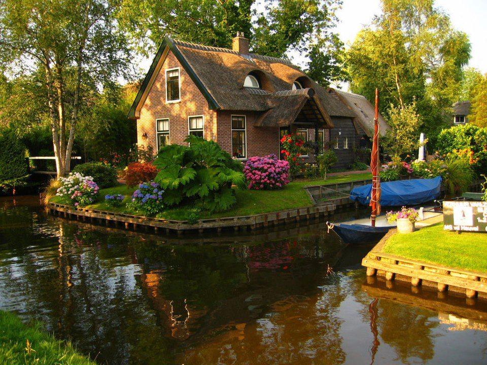 Къщичка, обградена от каналите на Холандия
