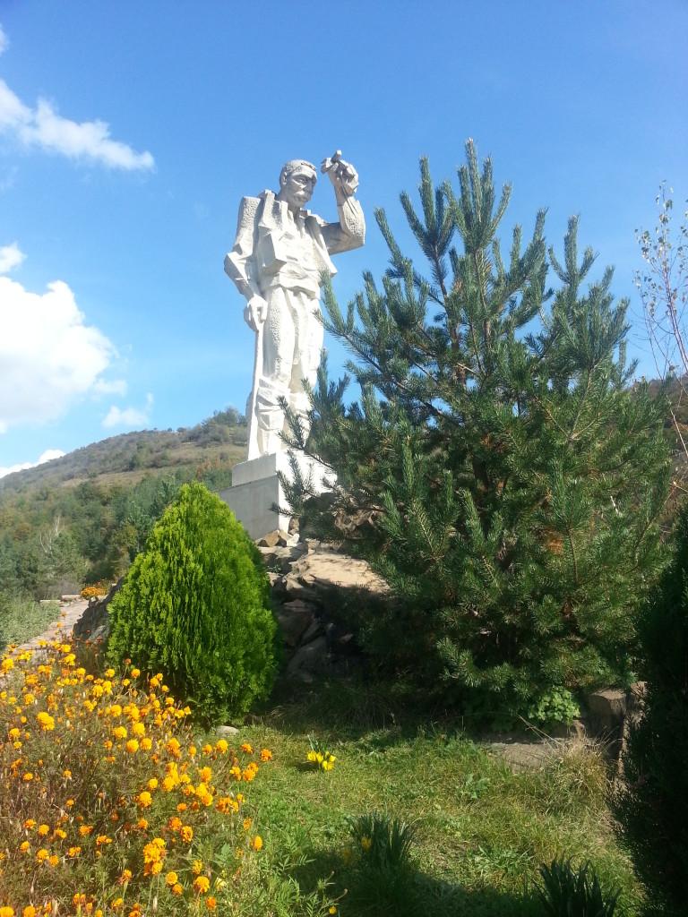 паметник Дядо Йоцо гледа